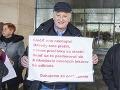 Na snímke účastníci počas protestného zhromaždenia Slovenskej lekárskej komory (SLK) pred budovou Ministerstva práce, sociálnych vecí a rodiny (MPSVR) SR.