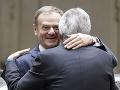 Európska ľudová strana si stojí za Tuskom: Poľsko nemá vyskakovať, pohrozil Weber