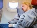 Radi sedíte v lietadle pri okne? Nahnevaní cestujúci šíria FOTO, ako s nimi aerolinky vybabrali