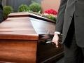 Totálny hyenizmus: Seniorovi vykradli dom, keď bol na pohrebe manželky