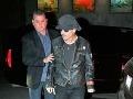 Johnny Depp je strhaný a vychudnutý. Pri príchode na párty ho musel ochrankár podopierať.