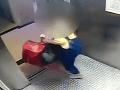 Tínedžerka (15) vykonala hroznú vec, usvedčilo ju VIDEO: Do odpadu vyhodila kus seba