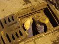 Najkurióznejší zásah českej polície: FOTO Muž uviazol v kanále, do ktorého skočil šípku