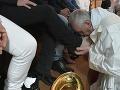 FOTO Pápež na Zelený štvrtok umyl nohy 12 väzňom v zariadení pre exmafiánov