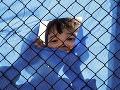 Preplnené grécke tábory praskajú vo švíkoch: Stovky migrantov presúvajú na pevninu