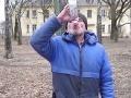 VIDEO Chorý internetový šialenec chcel od bezdomovca, aby vypil 1,5 litra vodky za tri minúty
