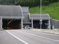 Polícia upozorňuje na komplikácie a obmedzenia: Stopka pred Braniskom a cyklisti na ceste