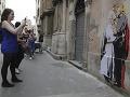 FOTO V Ríme sa objavilo poburujúce graffiti: Pápež sa na ňom bozkáva s Trumpom