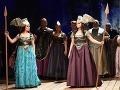Zľava Myroslava Havryliuk ako Farzana a Lucie Kašpárková ako Zemina v slovenskej premiére opery Richarda Wagnera Víly v Štátnom divadle Košice