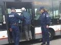 Mestskí policajti pomohli starčekovi nastúpiť do autobusu