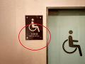 Ľudia sa zastavujú pred nápisom na toaletách: Trapas, ktorý pochopí len Európan