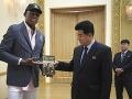 Slávny americký basketbalista Rodman daroval severokórejskemu ministrovi Trumpovu knihu