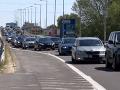 Zatvorené obchody počas sviatku vyvolali na Slovensku chaos: Invázia nakupujúcich ako v 1989