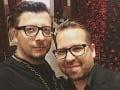 Fero Mikloško je hrdý homosexuál. Dlhé roky tvoril pár s Rasťom Holubcom.