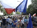 VIDEO Poľsko rozdelené bojom o súdne orgány: Proti politizácii protestovali tisíce