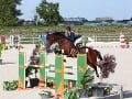 Alexandra je talentovaná jazdkyňa na koni.