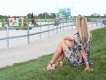 Kateřina Brožová si pri sledovaní dcéry urobila pohodlie na tráve.