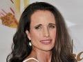 Andie MacDowell dokazuje, že žena môže byť krásna aj s vráskami.