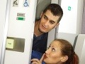 Párik sa videl v lietadle prvýkrát: Žena (48) urobila mladíkovi (28) pred cestujúcimi orál
