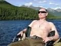 VIDEO Muž otriasol ruským internetom: Samouk vykoval sochu Putina, padnete z nej na zadok