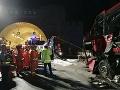 Hrôzostrašná nehoda: Preplnený autobus sa zrazil s nákladiakom, zomrelo najmenej 20 ľudí