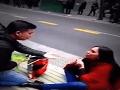 VIDEO Žena požiadala chlapa uprostred rušnej ulice o ruku: Najtrápnejší okamih života