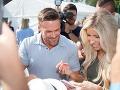 Chris Powell a jeho manželka Heidi rozdávali fanúšikom podpisy.