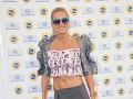 Speváčka Dara Rolins predviedla v krátkom tope vypracované brucho.