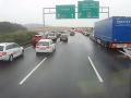 Nevedomosť vodičov spôsobila dopravný kolaps: Otrasné reakcie na prichádzajúcich hasičov