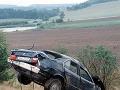 Na snímke havarované auto Alexandra Dubčeka vyťahujú po autonehode z priekopy