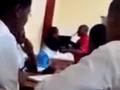 VIDEO Brutálna bitka na strednej škole: Tvrdé rany učiteľa a výkriky zúfalej žiačky