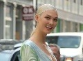 Karlie Kloss sa na fotograafov takto usmievala.