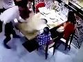 Rodinka sa chcela pokojne najesť v reštaurácii: O pár minút sa synček zmietal v agónii