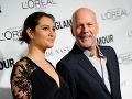 Bruce Willis má po svojom boku takúto krásku.