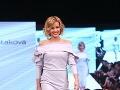 V šatách od Ľuptákovej sa prešla po móle aj moderátorka Miriam Kalisová.