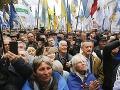 Pochod nacionalistov v Kyjeve sa zvrhol: Demonštranti vtrhli do sídla proruskej strany