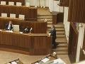 Minister zdravotníctva Tomáš Drucker sa rozpráva s ministrom vnútra Robertom Kaliňákom. Peter Žiga sleduje priebeh rokovania.