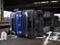 Vodič spadol s nákladným vozidlom do koľajiska: FOTO nehody, hlavnú úlohu zohral alkohol