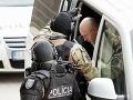 Pavol Rusko vystupuje z policajného vozidla.
