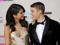 Hoci Selena Gomez nedávno priznala, že jej vzťah s Justinom Bieberom, mali aj svetlé chvíľky. Mladý spevák počas jedného Valentína kvôli nej vykúpil celé kvetinárstvo. V roku 2011 zase prenajal Staples Center - multifunkčnú arénu v Los Angeles, aby si mohi spoluv súkromí pozrieť Titanic. Vyšlo ho to zhruba 100 tisíc dolárov.