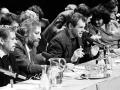 V Slovenskom národnom divadle sa 29. novembra 1989 uskutočnilo manifestačné zhromaždenie, účastníci ktorého nadšene privítali podpis dohody medzi Občianskym fórom a Verejnosťou proti násiliu. Obsiahlej diskusie sa zúčastnili okrem iných aj Václav Havel (vľavo) a Milan Kňažko (3. zľava).