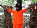 Odporné VIDEO popravy špióna: Teroristi z Daeš mu odťali ruky aj hlavu pred malým chlapcom