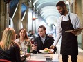 Nech sa páči, je prestreté: FOTO Čašník sa vyznamenal, za TÝMTO stolom hostil, kolegovia odpadli