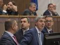 Koalícia zdvihne platy ústavných činiteľov o jedno euro cez zákon o DPH