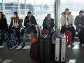 Na letisku uviazli stovky cestujúcich