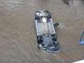 FOTO desivej nehody: Otec sa s dvoma deťmi zrútil do rieky, zázračný koniec