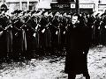 Na snímke predseda vlády Klement Gottwald na slávnostnej prehliadke útvarov Ľudových milícií a jednotiek Zboru národnej bezpečnosti 28. februára 1948 na Staromestskom námestí v Prahe.
