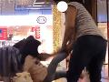 Českom otriaslo surové VIDEO: Matka v nákupnom centre bije dievčatko topánkou
