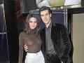 Kendall Jenner zavítala do spoločnosti bez podprsenky. Jej prsia pôsobili na prítomných pánov ako magnety. Dôkazom je napríklad fotka s týmto pánom.