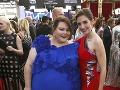 Obézna Chrissy Metz sa výrazných farieb ani volánov nebojí. Zapózovala si s kolegyňou Alison Brie.